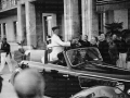 Mussolini riceve un dono al termine della sua visita al sanatorio antitubercolare Torrebianc